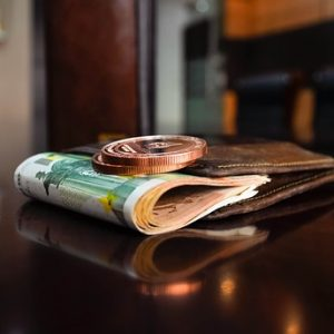 ユーロ紙幣と財布