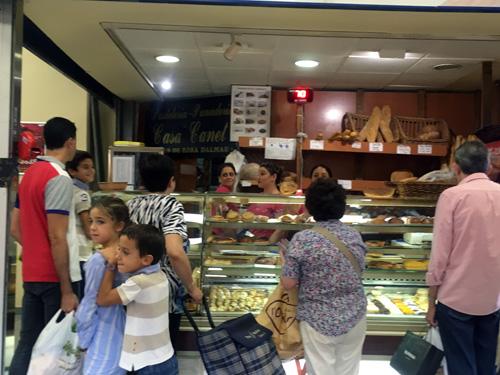 市場の中のパン屋