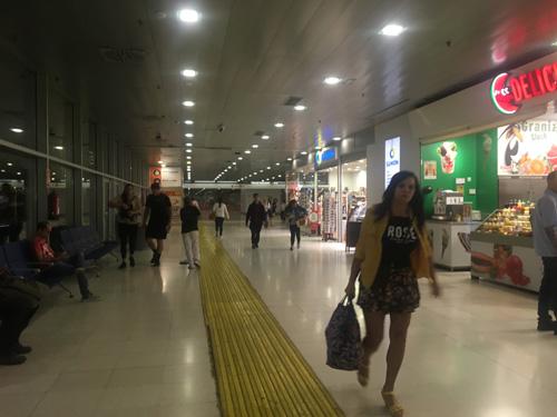 バスターミナルへ向かう通路