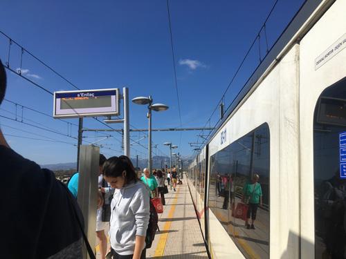 enllaç駅で電車を待つ
