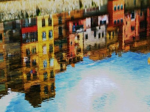 水面に映るスペインの建物