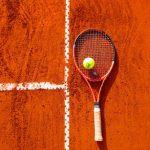 テニスコートとラケットとボール