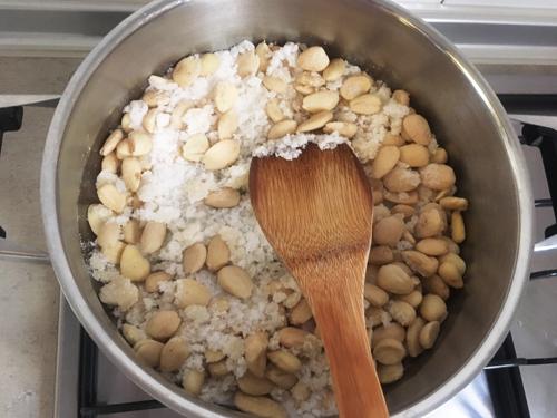 砂糖とアーモンドを炒める