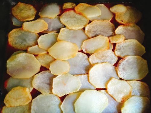 ジャガイモを並べる