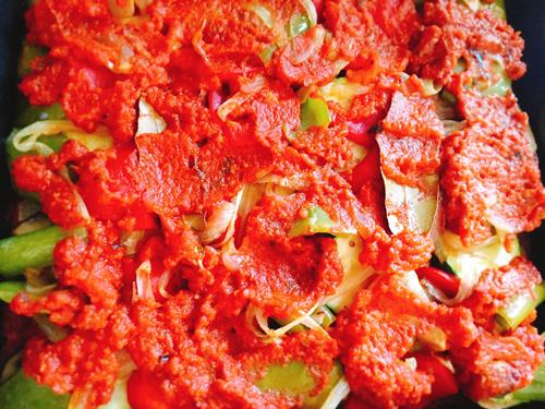 トマトソースをかける